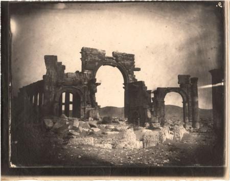 Louis Vignes, Arco de Triunfo y Gran Columnata, Palmira, Siria, (1864), impresión de Charles Nègre (albúmina). Cortesía del GRI.